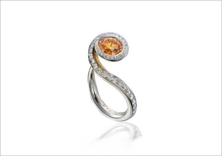 Anello in oro bianco, diamanti, granato orange