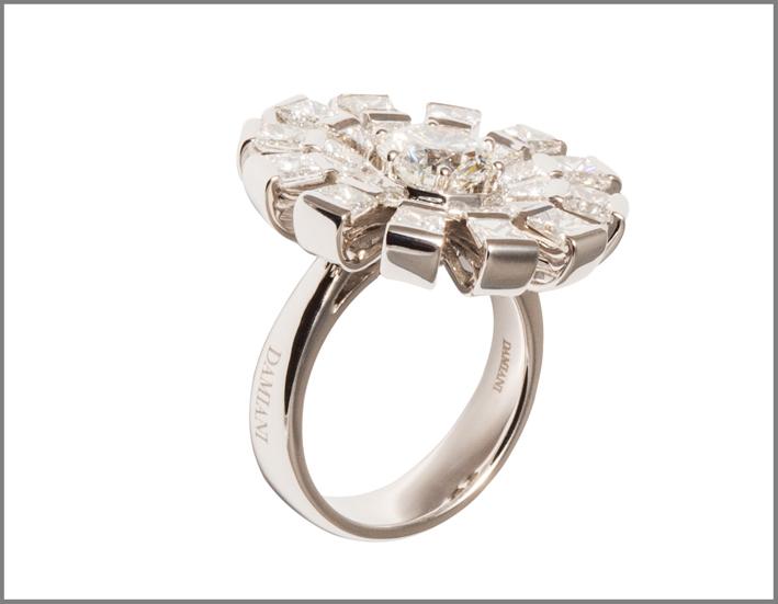 Damiani, anello della collezione Margherita in oro bianco e diamanti