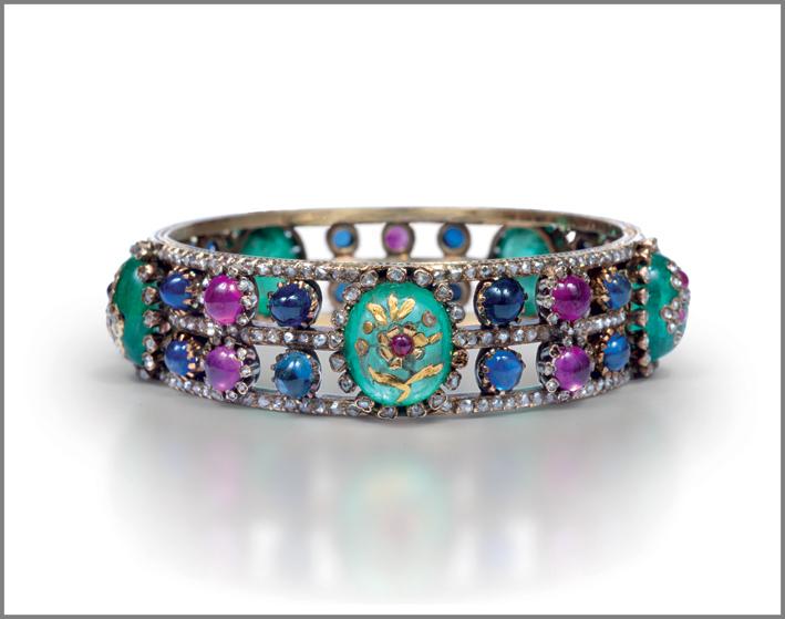 Da Chamarande, un bracciale in oro, smeraldi, zaffiri, rubini e diamanti. Circa 1890