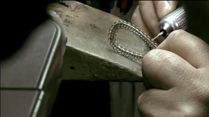 Garavelli, lavorazione di un orecchino