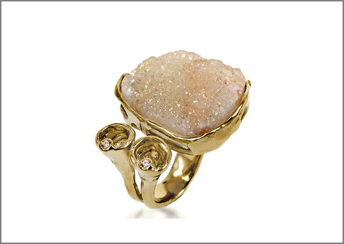 Anello della linea Terra, in argento dorato e geode