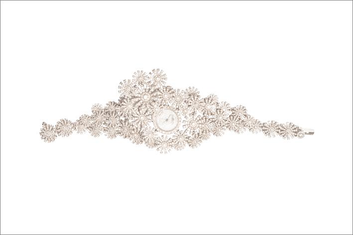 Damiani, orologio-bracciale, pezzo unico. pezzo unico. Impiega circa 75 grammi di oro bianco e 15 carati di diamanti