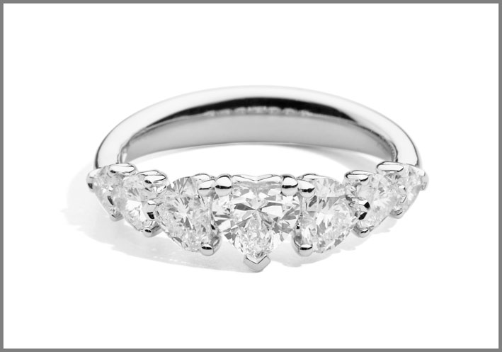 Recarlo, anello con sette diamanti, quello centrale con taglio cuore