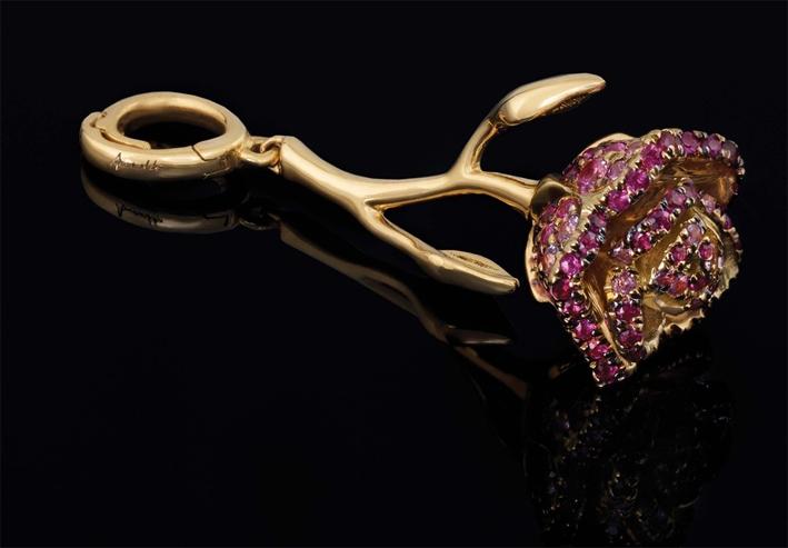 Rosa in oro rosa con smalto, rubini e zaffiri