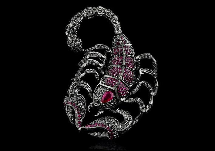Scorpione con diamanti neri e rubini