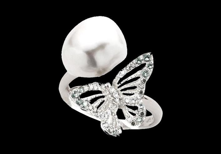 Anello in oro bianco 18 kt e rodio vermeil, con una perla d'acqua dolce color avorio, incastonata con una serie di diamanti bianchi creati in laboratorio