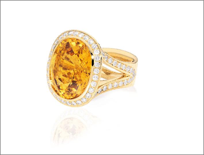 Anello con zaffiro del Madagascar, oro, diamanti