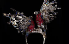 Anello Ciuffolotto, in oro bianco, diamanti, rubini, zaffiri e topazio