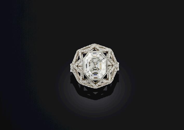 Anello con diamante Cassiopea, 4,07 carati, collezione di Amy Burton