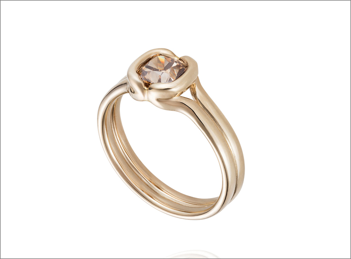 Anello in oro beige 18 carati e diamante brown