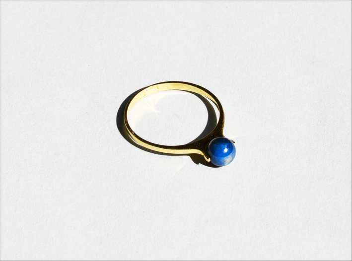 Anello con zaffiro a sfera. Prezzo: 395 euro