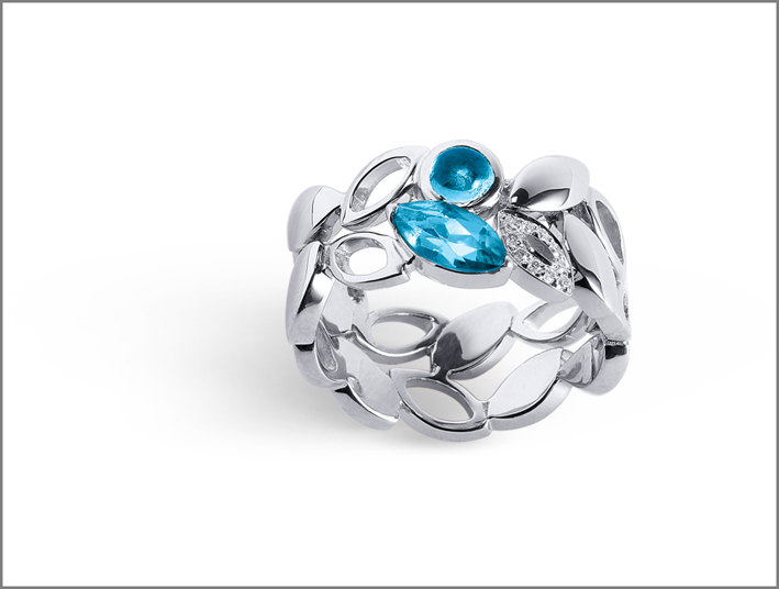 Alfieri & St.John, anello in oro bianco con topazio azzurro taglio navette e cabochon e diamanti