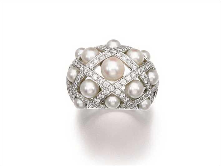 Anello con perle coltivate e diamanti Matelassé Perle disegnato da Lorenza Bäuer per Chanel