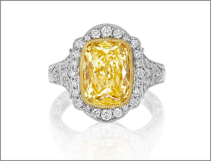 Anello con diamante fancy yellow taglio cuscino ealone di diamanti bianchi