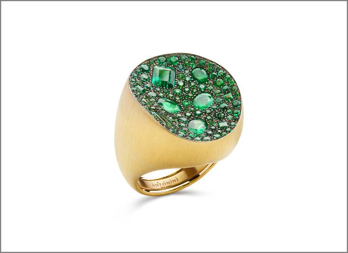 Anello in oro con smeraldi di diversi tagli