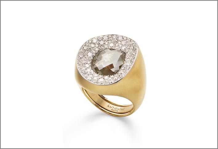 Anello Mosaic in oro, con pavé diamanti e diamante grezzo al centro