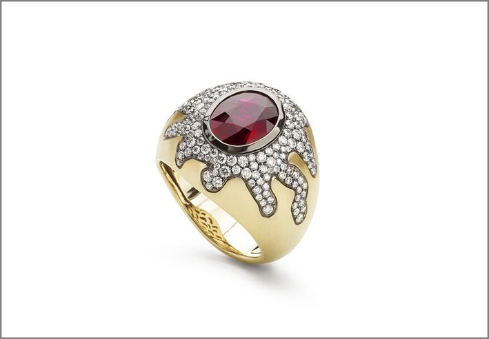 Anello in oro con diamanti e rubino al centro
