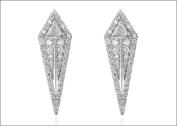 Orecchini a freccia in oro bianco con diamanti bianchi