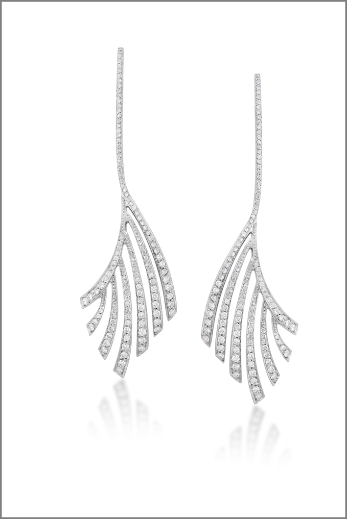 Orecchini a forma di foglia di palma della collezione Buriti in oro bianco e diamanti