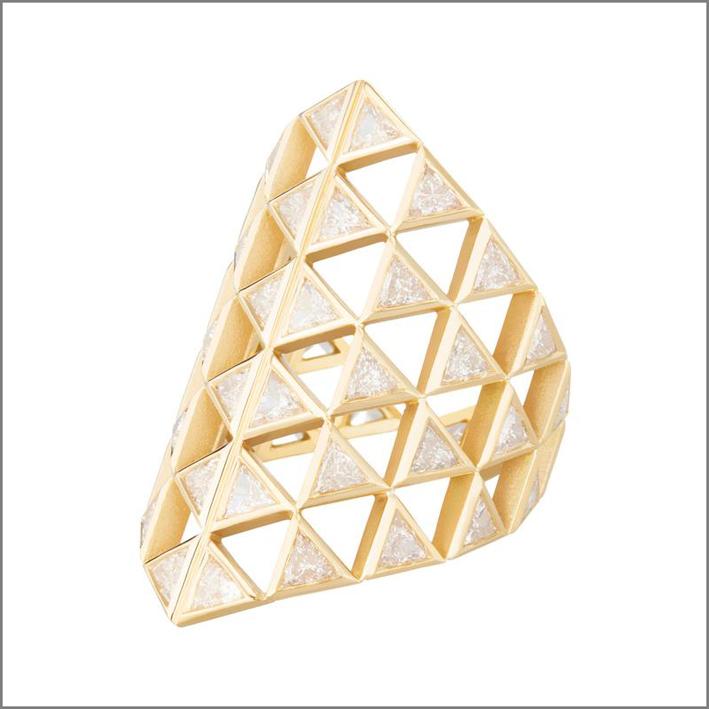 Anello Chloe con diamanti a taglio triangolare. Prezzo: 13860 dollari