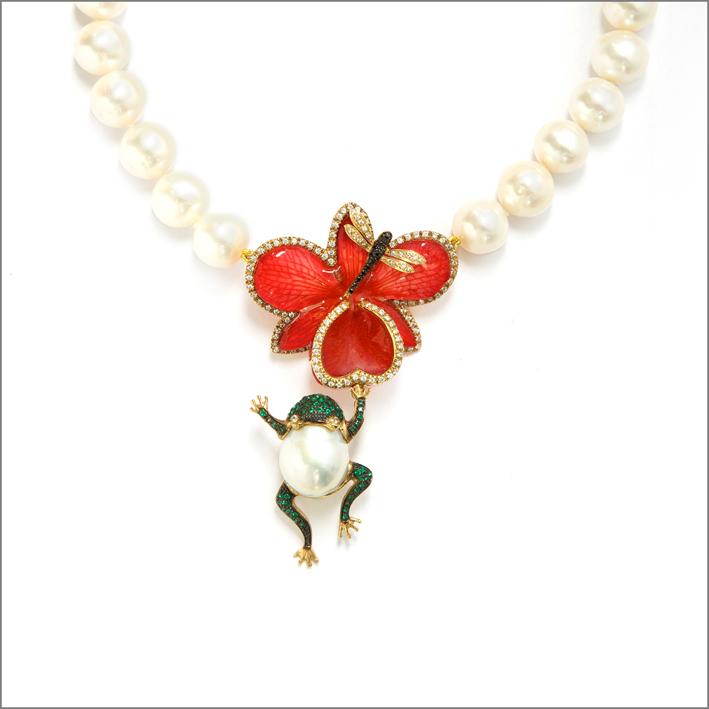 Anello in oro 18 carati con diamanti, smeraldi, perla e fiore