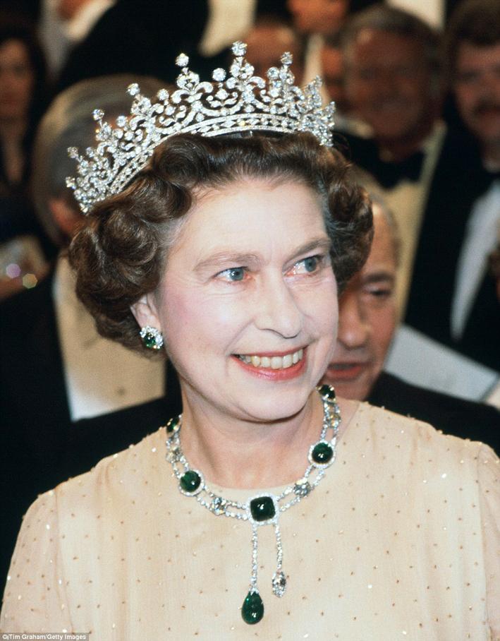 La Durban Parure di Cambridge e Dehli con diamanti e smeraldi indossata dlla regina assieme alla celebre tiara