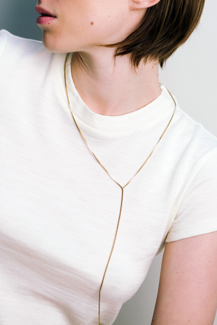 Collana in oro a frangia senza chiusura. Prezzo: 900-1100 euro circa