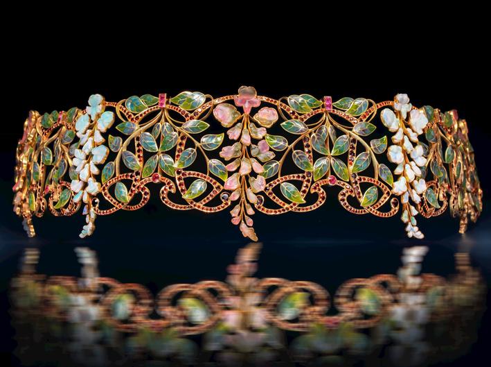 Girocollo Glycines di Philippe Wolfers, Art Nouveau. Oro, tormalina intagliata, opale intagliato, rubini, granato