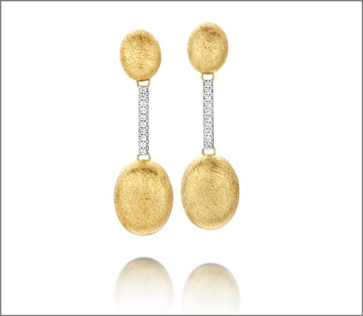 Orecchini in oro graffiato e diamanti