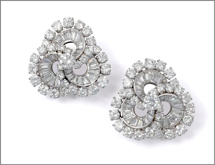 Orecchini Tourbillon di Van Cleef & Arpels in oro bianco e diamanti