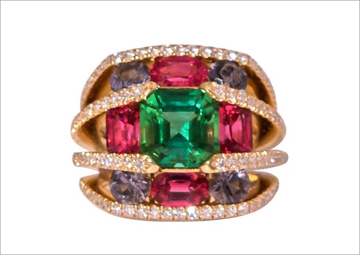 Anello in oro, tormalina verde della Namibia, spinelli birmani rossi e grigi, diamanti