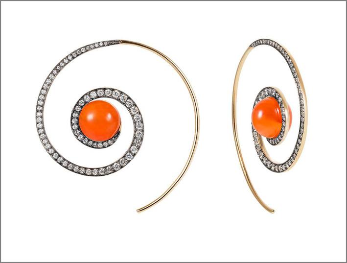Noor Fares, orecchini a spirale con corniola