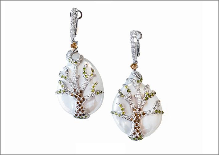 Orecchini in oro con perle e diamanti colorati
