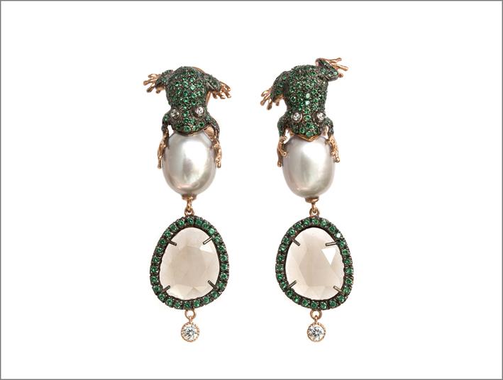 Orecchini in oro con perle, smeraldi e giade