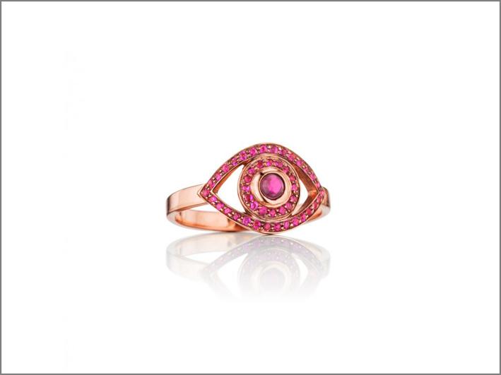 Anello in oro rosa con rubini e quarzo al centro