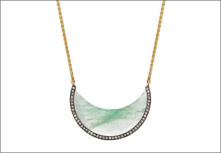Noor Fares, collana con mezzaluna di smeraldo
