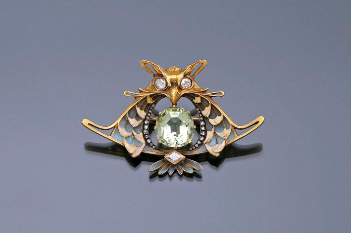 Spillaa forma di gufo di L. Gautrait, in oro, berillo dorato, smalto e diamante, circa 1900