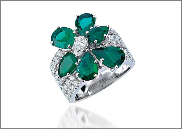 Anello con smeraldi taglio a pera e diamanti su oro bianco