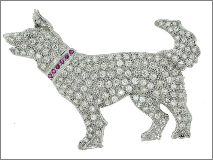 Spilla a forma di cane in platino con diamanti e rubini