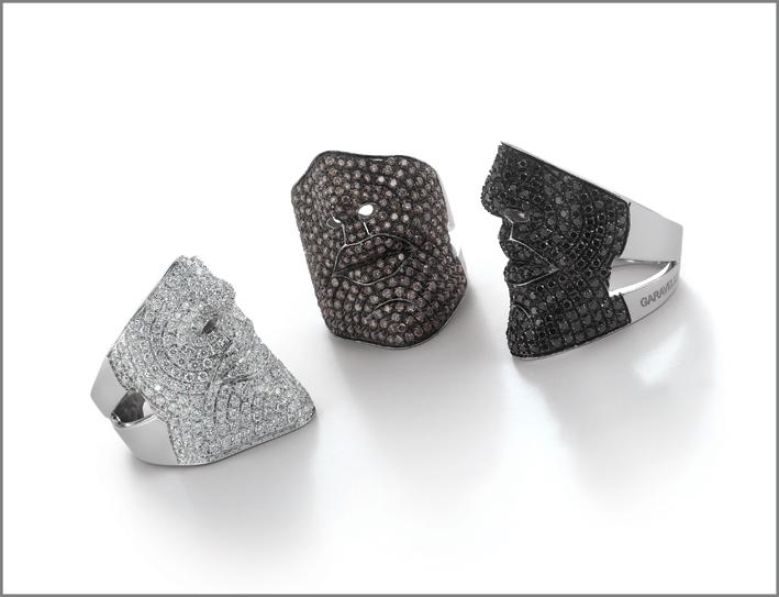 Anelli della collezione Face con diamanti bianchi, brown e neri