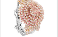 Chrysanthème Secret, oro bianco, rosa e giallo, diamanti e zaffiri rosa. All'interno granati spessartite