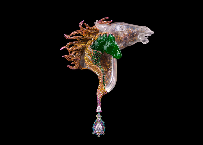 Wallace Chan, spilla Una storia d'amore. Giadeite a forma di testa di cavallo, diamante, diamante rosa, giadeite, cristallo, diamanti yellow e brown, granato tsavorite, titanio