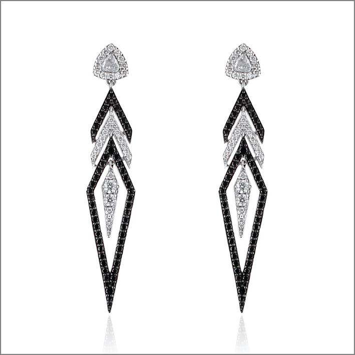 Orecchini a freccia in oro bianco con diamanti bianchi e neri