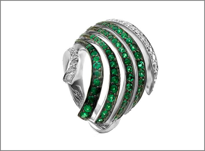 Brumani, anello della collezione Buriti in oro bianco con smeraldi e diamanti. Prezzo: 5500 euro