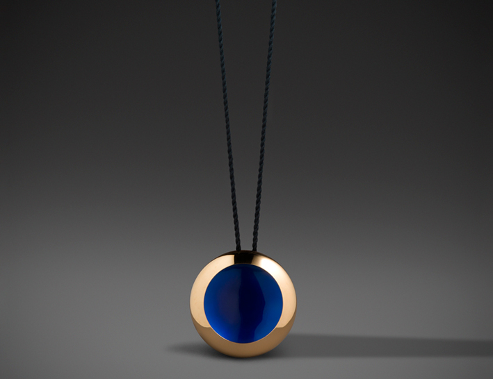 Anish Kapoor, Water Pendant, oro 22 carati lucido, smalto blu. Courtesy of Louisa Guinness Gallery. Photo Credit: Richard Valencia