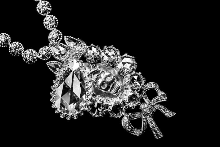 Collana in oro bianco e diamanti con motivo a teschio