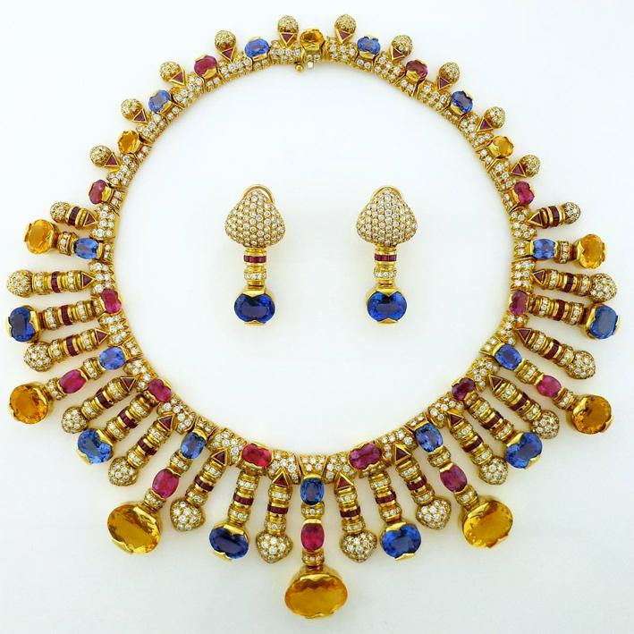 Collana e orecchini in oro e gemme
