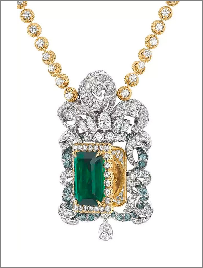 Dior, collana con pendente in oro bianco e giallo, diamanti e smeraldo