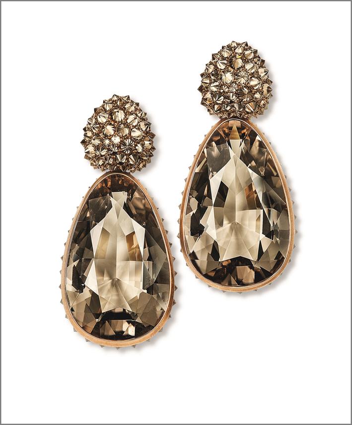 Hemmerle, orecchini con quarzo fumé, diamanti brown e oro bianco