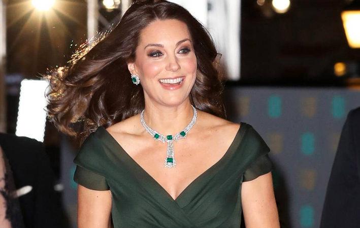 Kate Middleton al Bafta con collana e orecchini di diamanti e smeraldi